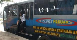 Seorang penumpang turun dari bus Trans Pakuan di Kota Bogor, Jabar, Senin (9/5)